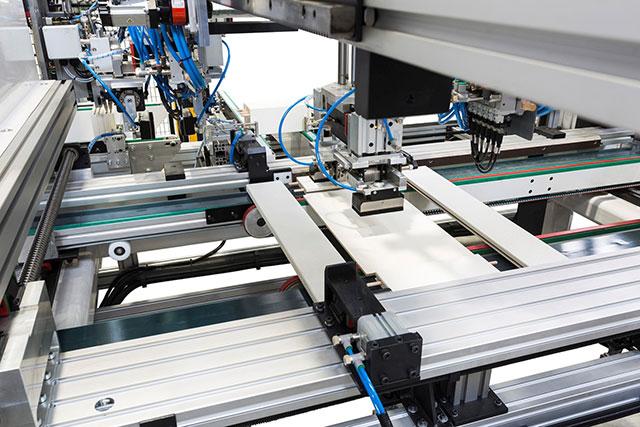 Зона автоматической сборки для ваймы SFA 90 с автоматической загрузкой для сборки рамочных фасадов с соединением под 90° и типа «французский рез»