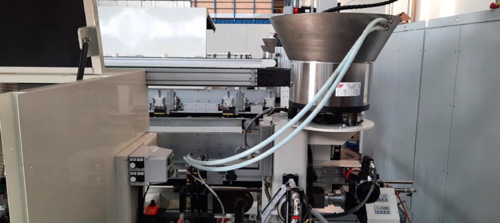 Группа впрыска клея и вставки шкантов в торец линии для обработки поперечин для рамочных фасадов под 90 градусов, производство Fiorenza Италия