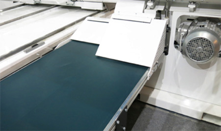 Разгрузка заготовок через конвейерную ленту пильного центра с ЧПУ с MASTER.CUT, производство Bacci Италия